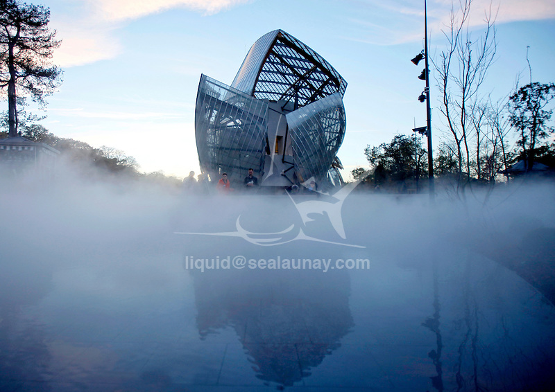 Frank Gehry has designed a building that, through its strength and singularity, represents the first artistic step on the part of the Fondation Louis Vuitton. This large vessel covered in twelve glass sails, set on a water garden created for the occasion, blends into the natural environment, amidst the wood and the garden, playing with light and mirror effects.
