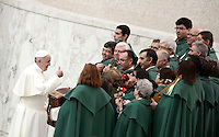 Papa Francesco parla con dei musicisti al termine dell'Udienza Generale del mercoledi' in aula Paolo VI, Citta' del Vaticano, 11 gennaio 2017.<br /> Pope Francis speaks with musicians at the end of his weekly general audience in Paul VI Hall at the Vatican on January 11, 2017.<br /> UPDATE IMAGES PRESS/Isabella Bonotto<br /> <br /> STRICTLY ONLY FOR EDITORIAL USE