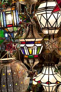 Morocco, Marrakech: Arabic style lighting for sale in souk | Marokko, Marrakesch: arabische Lampen werden im Soukh angeboten