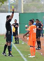 MONTERIA - COLOMBIA - 15-03-2015: Jorge Duarte arbitro muestra la tarjeta amarilla a Cristian Arrieta (Der.) jugador de Envigado FC, durante partido entre Jaguares FC y Envigado FC por la fecha 10 de la Liga Aguila I 2015, jugado en el estadio Municipal de Monteria. / Jorge Duarte referee swows the yellow card to Cristian Arrieta (R) player of Envigado FC, during a match between Jaguares FC and Envigado FC for the  date 10 of the Liga Aguila I-2015 at the Municipal de Monteria Stadium in Monteria city, Photo: VizzorImage / Jose Perdomo / Cont.