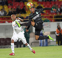 BOGOTA -COLOMBIA, 1 -SEPTIEMBRE-2014. Elvis Gonzalez ( I) de La Equidad  F.C. disputa el balón con Diego Peralta ( D ) del Atletico Nacional  durante partido de la  septima  fecha  de La Liga Postobón 2014-2. Estadio Nemesio Camacho El Campin . / Elvis Gonzalez (L) of Equidad FC    fights for the ball with Diego Peralta of Atletico Nacional    during match of the 7th date of Postobon  League 2014-2. El Campin  Stadium. Photo: VizzorImage / Felipe Caicedo / Staff
