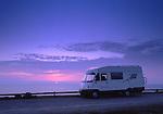 SWE, Schweden, Oeland, Wohnmobil auf einem Parkplatz, Touristen in ihrem Wohnmobil geniessen den Sonnenuntergang auf einem Rastplatz an der Kueste Oelands.<br /> [Fuer die Nutzung gelten die jeweils gueltigen Allgemeinen Liefer-und Geschaeftsbedingungen. Nutzung nur gegen Verwendungsmeldung und Nachweis. Download der AGB unter http://www.image-box.com oder werden auf Anfrage zugesendet. Freigabe ist vorher erforderlich. Jede Nutzung des Fotos ist honorarpflichtig gemaess derzeit gueltiger MFM Liste - Kontakt, Uwe Schmid-Fotografie, Duisburg, Tel. (+49).2065.677997, fotofinder@image-box.com, www.image-box.com]