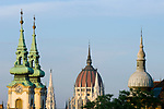 HUN, Ungarn, Budapest, Blick vom Budaer Burgberg: Tuerme der St. Annen-Kirche und Kuppel des Parlaments, rechts Turm/Verzierung eines Wohnhauses | HUN, Hungary, Budapest,  view from Castle District at spires of St. Annen church and dome of Parliament, right tower of a residential building