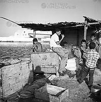 Jungen und Fischkisten am Ufer des Rio Manzanares in Cumaná, Venezuela 1966. Boys and fish boxes at the bank of the Rio Manzanares in Cumaná, Venezuela 1966.