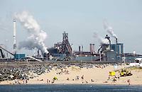 Nederland IJmuiden 2016. Strand in IJmuiden. Op de achtergrond Tata Steel, de vroegere hoogovens. Foto Berlinda van Dam / Hollandse Hoogte