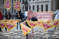 Aktion am Dienstag den 18. Februar 2020 vor der US-amerikanischen Botschaft am Brandenburger Tor in Berlin gegen die Wiederaufnahme der Produktion von Antipersonenminen und die Wiederaufnahme der Minen in das operative Arsenal des US-Militaers von dem internationalen Aerzte-Zusammenschluss fuer Abruestung, IPPNW, der Deutschen Friedensgesellschaft - Vereinigte KriegsdienstgegnerInnen, DFV/VK und der Menschenrechts- und Umweltorganisation Urgewald. <br /> Die US-Regierung hatte am 31. Januar, verkuendet dass sie ab sofort die international geaechteten Landminen wieder produzieren und nutzen will.<br /> Die NGOs fordern mit ihrem Protest von US-Praesident Trump die sofortige Rücknahme der Wiedereinfuehrung von Antipersonenminen und die umgehende Rueckkehr der USA zum Ottawa-Abkommen, in dem sich 164 Staaten 1997 verpflichtet hatten, diese Minen weder zu produzieren noch einzusetzen.<br /> 18.2.2020, Berlin<br /> Copyright: Christian-Ditsch.de<br /> [NUR FUER REDAKTIONELLE ZWECKE! Werbung nur auf Anfrage beim Fotografen. Inhaltsveraendernde Manipulation des Fotos nur nach ausdruecklicher Genehmigung des Fotografen. Vereinbarungen ueber Abtretung von Persoenlichkeitsrechten/Model Release der abgebildeten Person/Personen liegen nicht vor. NO MODEL RELEASE! Don't publish without copyright Christian-Ditsch.de, Veroeffentlichung nur mit Fotografennennung, sowie gegen Honorar, MwSt. und Beleg. Konto: I N G - D i B a, IBAN DE58500105175400192269, BIC INGDDEFFXXX, Kontakt: post@christian-ditsch.de<br /> Bei der Bearbeitung der Dateiinformationen darf die Urheberkennzeichnung in den EXIF- und  IPTC-Daten nicht entfernt werden, diese sind in digitalen Medien nach §95c UrhG rechtlich geschuetzt. Der Urhebervermerk wird gemaess §13 UrhG verlangt.]