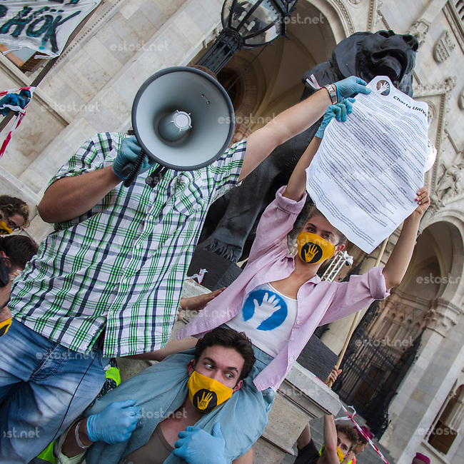 "UNGARN, 06.09.2020, Budapest V. Bezirk. Im Zeichen des konservativ-autoritaeren Kulturkampfes uebernehmen regierungsnahe Kreise die Theater- und Filmhochschule SzFE. Die Studenten reagieren am 31.08 mit der Besetzung und der Blockade des Gebaeudes. -Menschenkette mit 10-15000 TeilnehmerInnen von der Hochschule bis zum Parlament: Ankunft, Vorlesen, Zustellen und Aushaengen der ""SzFE-Universitaets-Charta"", die unabhaengige und autonome Bildung proklamiert. 