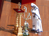Suore Missionarie della Carita' portano le reliquie di Madre Teresa in Piazza San Pietro in occasione della messa celebrata da Papa Francesco per la sua canonizzazione, Citta' del Vaticano, 4 settembre 2016.<br /> Nun of the Sisters of the Missionaries of Charity carri relics of Mother Teresa in St. Peter's Square during a mass celebrated by Pope Francis for her canonization, at the Vatican, 4 September 2016.<br /> <br /> UPDATE IMAGES PRESS/Isabella Bonotto<br /> <br /> STRICTLY ONLY FOR EDITORIAL USE