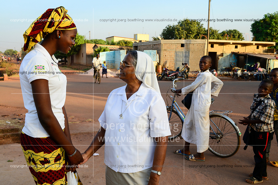 BURKINA FASO , Bobo Dioulasso, Good Shepherd Sisters , indian order sister in talk with Burkinabe woman / Die Schwestern vom Guten Hirten, SR. HILARIA PUTHIRIKKAL aus Indien