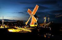 Enkhuizen -   De jaarlijkse Avond in het Zuiderzeemuseum . Het buitenmuseum wordt verlicht door meer dan duizend stormlantaarns. Molen aan het water