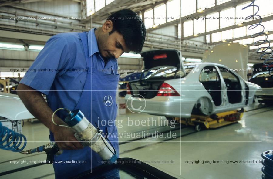 INDIA Pune, Daimler Benz factory, assembly plant for luxury cars Mercedes Benz of E and C class / INDIEN Pune, Daimler Benz Automobilwerk, Montage von Mercedes Benz Limousinen der E und C Klasse