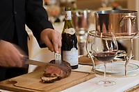 """Europe/France/Ile de France/75008/Paris: Restaurant """"Laurent"""" découpe au guéridon d'un rognon de veau de Corrèze roti dans sa graisse"""