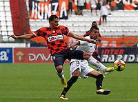 MANIZALES - COLOMBIA - 14-04-2013: Mario González (Der.) jugador del  Once Caldas, disputa el balón con Yeison Gordillo (Izq), jugador del Boyacá Chicó F C, durante el partido en el estadio Palogrande de la ciudad de Manizales, abril 14 de 2013. Once Caldas empató a dos goles con el Boyacá Chicó FC, en partido de la fecha 10 de la Liga Postobón I. (Foto: VizzorImage /JJB/ Str).  Mario González playe of Once Caldas, figths for the ball with Yeison Gordillo (L) player of Boyaca Chico F C, during the match at the stadium Palogrande city of Manizales, April 14, 2013. Once Caldas tied to two goals with the Boyaca Chico FC, in a match for the tenth date of the League Postobon I. (Photo: VizzorImage / JJB / Str)   .
