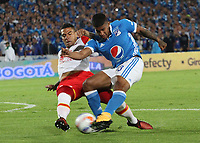BOGOTÁ- COLOMBIA, 13-12-2017:Harold  Mosquera (Der.) jugador de Millonarios disputa el balón con Yeison Gordillo (Izq.) jugador del  Independiente Santa Fe, durante  el primer partido por la final  ida de la Liga Aguila 2017  entre   Millonarios  y e Independiente Santa Fe , jugado en el estadio Nemesio Camacho El Campín de la ciudad de Bogotá. /Harold Mosquera (Der.) Millonarios player fights the ball with Yeison Gordillo (Izq.) Player of Independiente Santa Fe , during firts match of the final round of the Aguila League 2017 between Millonarios  and Independiente Santa Fe , played at the Nemesio Camacho El Campin stadium in Bogota city: Vizzorimage / Felipe Caicedo / Staff