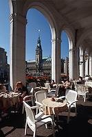 Alsterarkaden und Rathaus in Hamburg, Deutschland