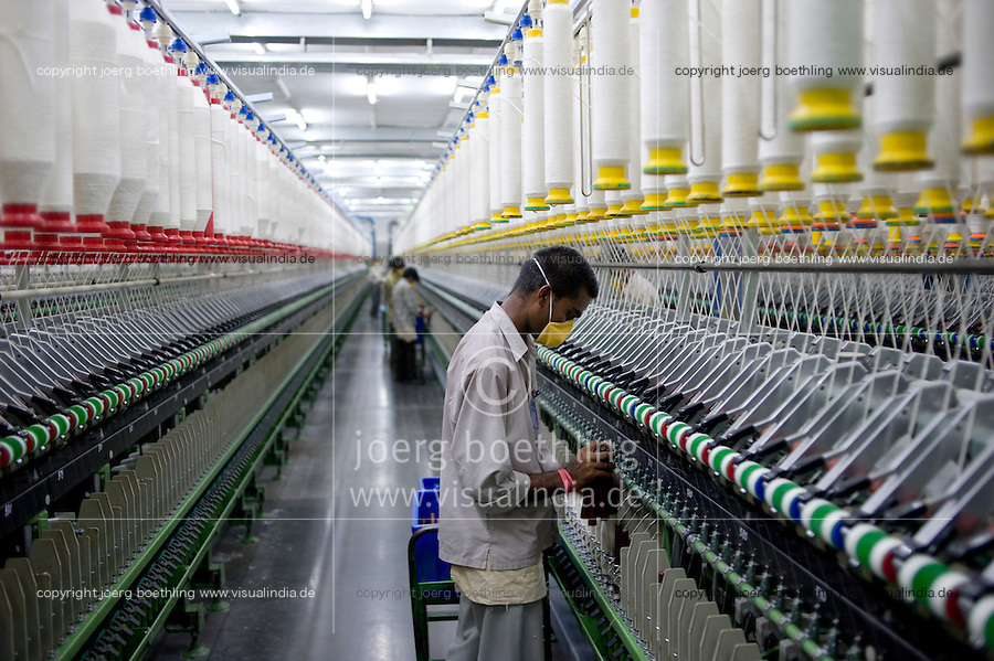 INDIA Madhya Pradesh, Indore, Mahima Fibres Ltd. spinning factory process fair trade cotton / INDIEN Madhya Pradesh , Indore, Verarbeitung von fairtrade Baumwolle bei Spinnerei Mahima Fibres Ltd.
