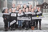 """Unter dem Motto """"Nie wieder Schmidt!"""" versammelten sich am Mittwoch den 17. Januar 2018 Mitglieder der Umweltorganisation BUND vor dem Bundeskanzleramt um gegen die Politik von Landwirtschaftsminister Christian Schmidt (CSU) zu protestieren. Fuer sie steht Schmidt fuer eine verfehlte Landwirtschaftspolitik die einzig der Industrie diene und nicht dem Umweltschutz und den Verbrauchern. Zuletzt war Schmidt mit seiner Entscheidung fuer die Zulassung des von der WHO als moeglicher Weise Krebs erregenden Pestizid Glyphosat in die Kritik geraten.<br /> Die Aktion sollte ein Auftakt zur """"Wir haben es satt!""""-Großdemonstration am Samstag den 20. Januar 2018 in Berlin sein.<br /> 17.1.2018, Berlin<br /> Copyright: Christian-Ditsch.de<br /> [Inhaltsveraendernde Manipulation des Fotos nur nach ausdruecklicher Genehmigung des Fotografen. Vereinbarungen ueber Abtretung von Persoenlichkeitsrechten/Model Release der abgebildeten Person/Personen liegen nicht vor. NO MODEL RELEASE! Nur fuer Redaktionelle Zwecke. Don't publish without copyright Christian-Ditsch.de, Veroeffentlichung nur mit Fotografennennung, sowie gegen Honorar, MwSt. und Beleg. Konto: I N G - D i B a, IBAN DE58500105175400192269, BIC INGDDEFFXXX, Kontakt: post@christian-ditsch.de<br /> Bei der Bearbeitung der Dateiinformationen darf die Urheberkennzeichnung in den EXIF- und  IPTC-Daten nicht entfernt werden, diese sind in digitalen Medien nach §95c UrhG rechtlich geschuetzt. Der Urhebervermerk wird gemaess §13 UrhG verlangt.]"""