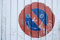 Europe/France/Provence-Alpes-Côte d'Azur/06/Alpes-Maritimes/Nice: Détail  sourire sur  un panneau stationnement interdit devant  La Maison du Carnaval - Atelier de fabrication des chars