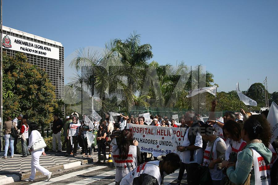 SAO PAULO - SP - 05 DE JUNHO DE 2013 - ASSEMBLEIA - Grevistas do setor de saude  fazem manifestação em frente a Assembleia Legislativa de São Paulo, região do Ibirapuera, nesta manhã. FOTO: MAURICIO CAMARGO / BRAZIL PHOTO PRESS.