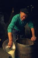 """Europe/France/Auvergne/12/Aveyron: Aubrac: Préparation de la """"Fourme de Laguiole"""" au buron de canut [Non destiné à un usage publicitaire - Not intended for an advertising use] (<br /> PHOTO D'ARCHIVES // ARCHIVAL IMAGES<br /> FRANCE 1980"""