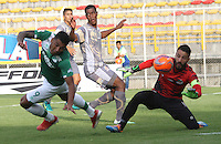 BOGOTA -COLOMBIA, 21-02-2017. Cesar Giraldo (R) goalkeeper of Tigres FC figths the ball against of Jefferson Duque (L) player of Deportivo Cali during match for the date 5 of the Aguila League I 2017 played at Metropolitano de Techo stadium . Photo:VizzorImage / Felipe Caicedo  / Staff