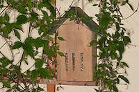 Schmetterlingskasten, Schmetterlings-Kasten im Garten. Dieser Kasten aus FSC-Holz wurde speziell im Hinblick auf die Bedürfnise europäischer Schmetterlinge entwickelt. Die senkrechten Öffnungen ermöglichen rasches Hineinschlüpfen. Hier lässt es sich nachts sicher schlafen. Darüber hinaus sind die Kästen optimal als Platz zum Überwintern geeignet.
