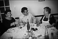 Europe/France/Aquitaine/40/Landes/Dax: Repas chez Madame Aimé, Boucherie: Maison Aimé, Christian Constant avec Madame Aimé et sa fille [Non destiné à un usage publicitaire - Not intended for an advertising use]