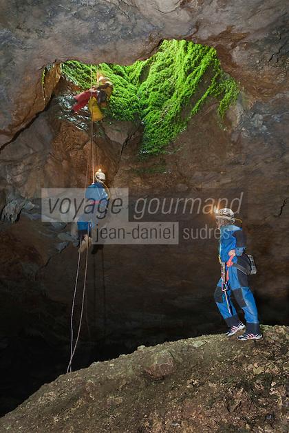 Europe/France/Midi-Pyrénées/46/Lot/Sénaillac: Initiation à la spéléologie avec Fabien Pinier au gouffre de Sénaillac- descente dans le gouffre-le cône d'éboulis