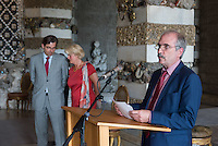 Die Stiftung Preussische Schloesser und Gaerten Berlin-Brandenburg (SPSG) hat die im Mai 2013 begonnene Restaurierung der Decke des Grottensaals im Neuen Palais von Schloss Sanssouci abgeschlossen. Damit ist einer der beiden zentralen Festsaele des Hauses vom 22. Juli 2015 an wieder in den Rundgang durch das Gaesteschloss Friedrichs des Grossen (1712-1786) integriert und fuer die Oeffentlichkeit zugaenglich.<br /> Moeglich geworden sind die umfassenden Instandsetzungsarbeiten im Grottensaal durch das Sonderinvestitionsprogramm fuer die preussischen Schloesser und Gaerten (Masterplan), das die Beauftragte der Bundesregierung fuer Kultur und Medien sowie die Laender Brandenburg (Ministerium fuer Wissenschaft, Forschung und Kultur) und Berlin (Senatskanzlei – Kulturelle Angelegenheiten) zur Rettung bedeutender Denkmaeler der Berliner und Potsdamer Schloesserlandschaft aufgelegt haben.<br /> Am Dienstag den 21. Juli 2015 wurde der Grottenssal durch Prof. Dr. Hartmut Dorgerloh, Generaldirektor, SPSG; Prof. Monika Gruetters MdB, Staatsministerin fuer Kultur und Medien und Martin Gorholt, Staatssekretaer, Ministerium fuer Wissenschaft, Forschung und Kultur des Landes Brandenburgs der Presse gezeigt.<br /> Im Bild am Rednerpult: Martin Gorholt, Staatssekretaer, Ministerium fuer Wissenschaft, Forschung und Kultur des Landes Brandenburgs.<br /> Hinten: Prof. Dr. Hartmut Dorgerloh, Generaldirektor, SPSG; Prof. Monika Gruetters MdB, Staatsministerin fuer Kultur und Medien.<br /> 21.7.2015, Postdam<br /> Copyright: Christian-Ditsch.de<br /> [Inhaltsveraendernde Manipulation des Fotos nur nach ausdruecklicher Genehmigung des Fotografen. Vereinbarungen ueber Abtretung von Persoenlichkeitsrechten/Model Release der abgebildeten Person/Personen liegen nicht vor. NO MODEL RELEASE! Nur fuer Redaktionelle Zwecke. Don't publish without copyright Christian-Ditsch.de, Veroeffentlichung nur mit Fotografennennung, sowie gegen Honorar, MwSt. und Beleg. Konto: I N G - D i B a, IBAN DE585001051