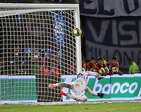 BOGOTA -COLOMBIA. 11-05-2014. Harrison Otalvaro (Fuera de foto)  estrella  su cobro de tiro penalty en el palo del  arco de Sebastian Viera  del Atletico Junior que  celebro su clasificacion a la final del futbol colombiano de La liga Postobon al vencer a Millonarios   juego disputado en el estadio Nemesio Camacho El Campin. /  Harrison Otalvaro (out of picture) strikes a charging penalty shot at goal Bow Sebastian Viera Atletico Junior who celebrated his classification to the final of the Colombian football league The Postobon beating Millonarios game played at the Estadio Nemesio Camacho El Campin.. Photo: VizzorImage/ Felipe Caicedo / Staff