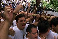 Promesseiros levantam a corda em homenagem a Nossa Senhora de Nazaré. O Círio ocorre a mais de 200 anos em Belém e as estimativas são de que mais de 1.500.000 pessoas acompanhem à procissão.<br />Belém-Pará-Brasil<br />12/10/2003<br />©Foto Paulo Santos/Interfoto<br />Digital
