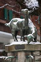 Europe/Suisse/Pays d'Enhaut/Rougemont: Fontaine du village avec une sculpture rerésentant des brebis