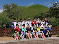 Schüler vor Grabhügel im Daenungwon--Park, Gyeongju, Provinz Gyeongsangbuk-do, Südkorea, Asien, UNESCO-Weltkulturbe<br /> pupils at burial mound in Daenungwon park, Gyeongju,  province Gyeongsangbuk-do, South Korea, Asia, UNESCO world-heritage