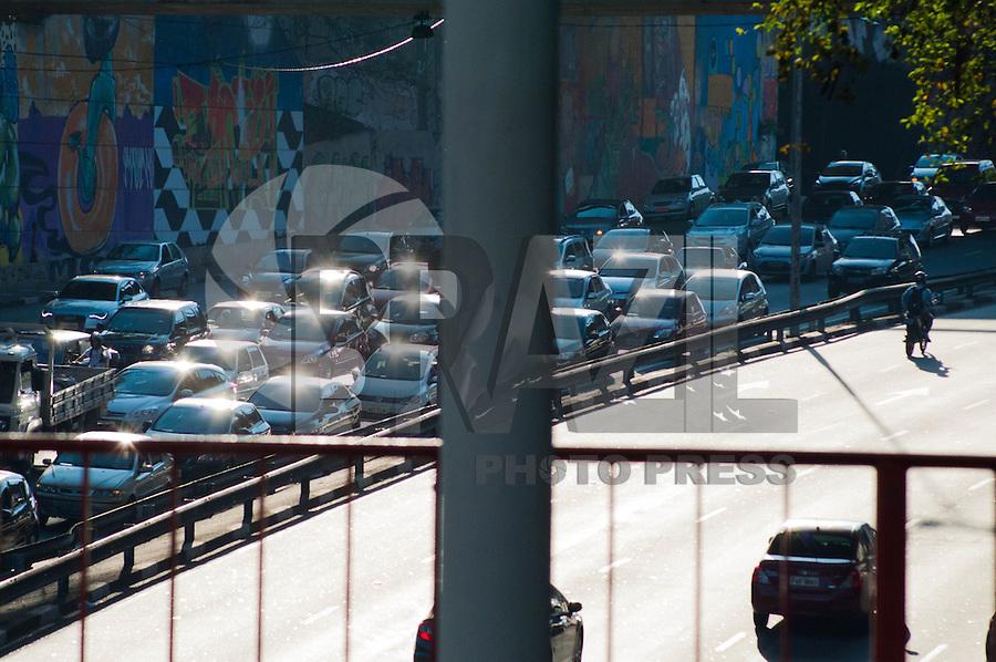 SÃO PAULO-SP-TRÂNSITO SÃO PAULO/CORREDOR LESTE/OESTE - O Motorista enfrenta grande fluxo com lentidão no Corredor Leste/Oeste sentido Leste no fim da tarde dessa Segunda-Feira,27.Região Central da cidade de São Paulo.(Foto:Kevin David/Brazil Photo Press)