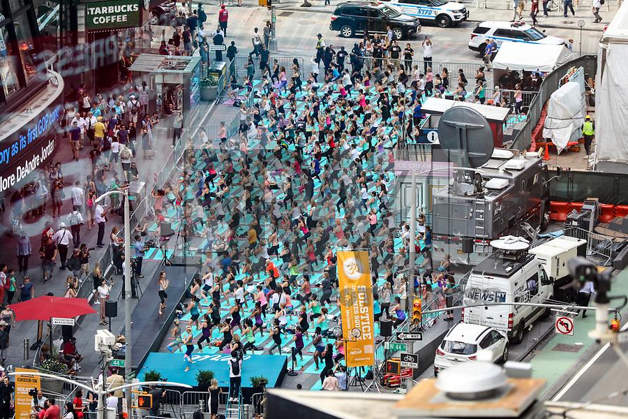 NEW YORK, EUA, 21.06.2017 - YOGA-NEW YORK - Pessoas participam de uma aula de yoga em grupo na Times Square, 21 de junho de 2017, na cidade de Nova York. Organizado pela Aliança Times Square, oito aulas de ioga foram realizadas na Times Square na segunda-feira para celebrar o solstício de verão. (Foto: Vanessa Carvalho/Brazil Photo Press)
