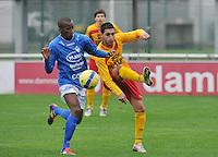 Racing Waregem - La Louviere Centre : Monssef Znagui eerder aan de bal dan Michel Monteiro (links).foto VDB / BART VANDENBROUCKE