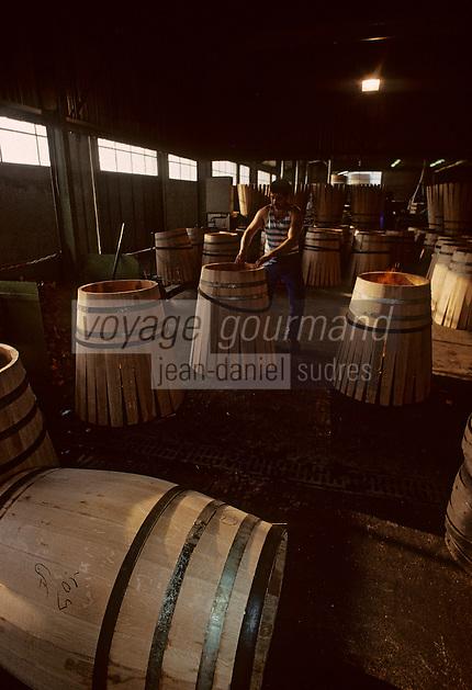 Europe/France/Poitou-Charentes/16/Charente/Cognac/Tonnellerie Seguin Moreau: Rabattage des douelles<br /> PHOTO D'ARCHIVES // ARCHIVAL IMAGES<br /> FRANCE 1990