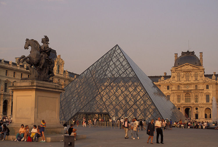 Europe, FRA, France, Paris, Musee du Louvre, Entrance, Pyramid, Tourists....[ For each utilisation of my images my General Terms and Conditions are mandatory. Usage only against use message and proof. Download of my General Terms and Conditions under http://www.image-box.com or ask for sending. A clearance before usage is necessary...Material is subject to royalties. Each utilisation of my images is subject to a fee in accordance to the present valid MFM-List...Contact | archive@image-box.com | www.image-box.com ]