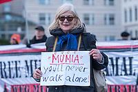 Kundgebung fuer den US-Journalisten Mumia Abu Jamal vor der US-Amerikanischen Botschaft in Berlin.<br /> Der 1981 in einem manipulierten Prozess zum Tode verurteilte afroamerikanische Journalist Mumia Abu-Jamal ist am Montag den 30. Maerz 2015 mit einem lebensbedrohlichen Zucker-Schock in die Intensivstation des Schuylkill Krankenhauses im US Bundesstaat Pennsylvania eingeliefert worden. Familienangehoerige durften ihn dort erst nach einigen Tagen besuchen, seinen Anwaelten wird der Zugang verwehrt.<br /> Dagegen und fuer die Freilassung von Abu Jamal protestierten Freunde und Sympathiesanten am Donnerstag den 2. April 2015 vor der US-Botschaft in Berlin.<br /> 2.4.2015, Berlin<br /> Copyright: Christian-Ditsch.de<br /> [Inhaltsveraendernde Manipulation des Fotos nur nach ausdruecklicher Genehmigung des Fotografen. Vereinbarungen ueber Abtretung von Persoenlichkeitsrechten/Model Release der abgebildeten Person/Personen liegen nicht vor. NO MODEL RELEASE! Nur fuer Redaktionelle Zwecke. Don't publish without copyright Christian-Ditsch.de, Veroeffentlichung nur mit Fotografennennung, sowie gegen Honorar, MwSt. und Beleg. Konto: I N G - D i B a, IBAN DE58500105175400192269, BIC INGDDEFFXXX, Kontakt: post@christian-ditsch.de<br /> Bei der Bearbeitung der Dateiinformationen darf die Urheberkennzeichnung in den EXIF- und  IPTC-Daten nicht entfernt werden, diese sind in digitalen Medien nach §95c UrhG rechtlich geschuetzt. Der Urhebervermerk wird gemaess §13 UrhG verlangt.]