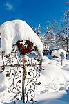 Deutschland, Bayern, Chiemgau, Reit im Winkl: Grab / Friedhof im Winter | Germany, Bavaria, Chiemgau, Reit im Winkl: cemetery in winter