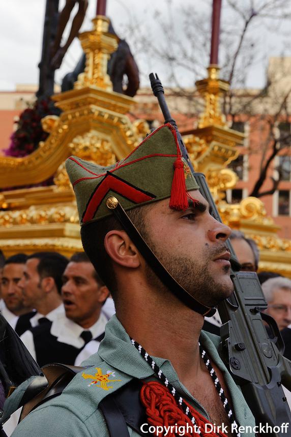 Prozession des Cristo de la Buena Muerte (Cristo de Mena) begleitet von der Legion (ehemalige Fremdenlegion)  bei der Semana Santa (Karwoche) in Malaga, Andalusien, Spanien