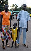 SOUTH SUDAN, Lakes State, village Mapuordit, Dinka family with child / SUED-SUDAN, Bahr el Ghazal regio , Lakes State, Dorf Mapuordit, Dinka Familie mit Kind
