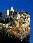 Italien, Trentino, Gardasee, Burg Arco - hoch auf einem Felsen gelegen | Italy, Trentino, Lake Garda, Arco castle