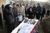 Der Sarg wird vor dem Haus abgestellt, sie verabschiedet sich<br />sozusagen von ihrer Wohnstätte, und dann, mit immer weiteren<br />Stationen auf der schlammigen Straße zum Friedhof getragen. Es<br />gibt arme Menschen und Leute, die wirklich fast nur das Hemd,<br />das sie am Leib tragen besitzen, Tatjana und ihre Familie gehören<br />eher zu letzteren. // Moldova is still the poorest country of Europe. Hopes to join the European Union are high. After progress in the past years tuberculosis is on the rise again. The number of new patients raise since 2010 and is on a level that has not been reached since the late 90s.