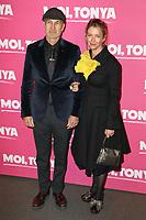 """CRAIG GILLESPIE (REALISATEUR), CHRISTINE GILLESPIE (SON EPOUSE) - AVANT-PREMIERE DU FILM """"MOI, TONYA"""" A L'UGC NORMANDIE A PARIS, FRANCE, LE 15/01/2018."""