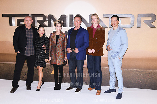 "LONDON, UK. October 17, 2019: Tim Miller, Natalia Reyes, Linda Hamilton, Arnold Schwarzenegger, Mackenzie Davis and Gabriel Luna at the ""Terminator: Dark Fate"" photocall, London.<br /> Picture: Steve Vas/Featureflash"