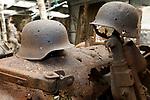 Foto: VidiPhoto<br /> <br /> ARNHEM - Detectoramateur Jeffrey Peeters (34) uit Arnhem demonstreert hoe hij met zijn metaaldetector speurt naar militaria. De Duitse helm die hij bij zich heeft is gevonden tijdens een eerdere zoektocht. Jeffrey bezit al sinds zijn vijftiende een metaaldetector en heeft al zo'n 40 Duitse helmen gevonden en honderden andere voorwerpen uit de oorlog. Een deel van zijn vondsten heeft hij geschonken aan het Arnhems Oorlogsmuseum 40-45. Het aantal detectorzoekers is sinds de coranacrisis fors gestegen.  Foto: Detectorvondsten in het Arnhems Oorlogsmuseum 40-45.