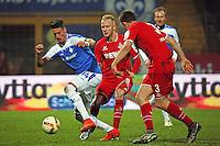 Sandro Wagner (Darmstadt) gegen Kevin Vogt und Dominique Heinz (Koeln) - SV Darmstadt 98 vs. 1. FC Koeln, Stadion am Boellenfalltor