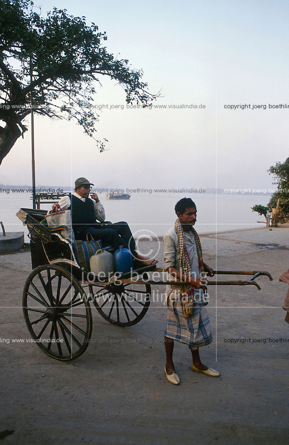 INDIA Calcutta Kolkatta, man-powered Rikshaw puller and passenge at river Hooghli made by idol maker at suburban Kumartuli / INDIEN Kalkutta, Rikscha am Fluss Hooghli