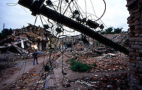 DJAKOVICA / KOSOVO - GIUGNO 1999.LA CITTA' APPARE DISTRUTTA PER EFFETTO DELLE RAPPRESAGLIE DELL'ESERCITO JUGOSLAVO MA ANCHE DAI PESANTI BOMBARDAENTI DELLA NATO..FOTO LIVIO SENIGALLIESI..DJAKOVICA / KOSOVO - JUNE 1999.TOWN DESTROYED BY JUGOSLAV ARMY DURING THE WAR AGAINST KLA AND ALSO NATO STRIKES HIT DJAKOVICA MANY TIMES..PHOTO LIVIO SENIGALLIESI.